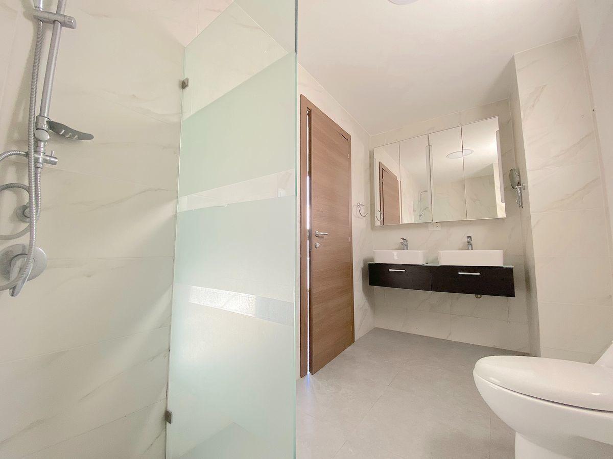 5 de 17: Baño habitación principal con 2 lavamanos y luz natural