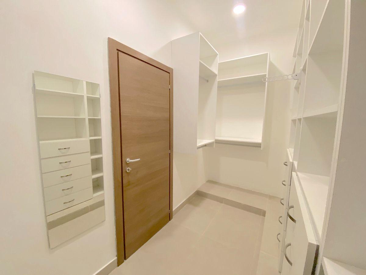 17 de 17: 2 Walk-in closets en habitación principal con sus divisiones