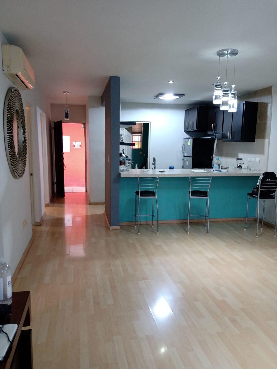 4 de 12: area de cocina con barra desayunadora parrilla campana