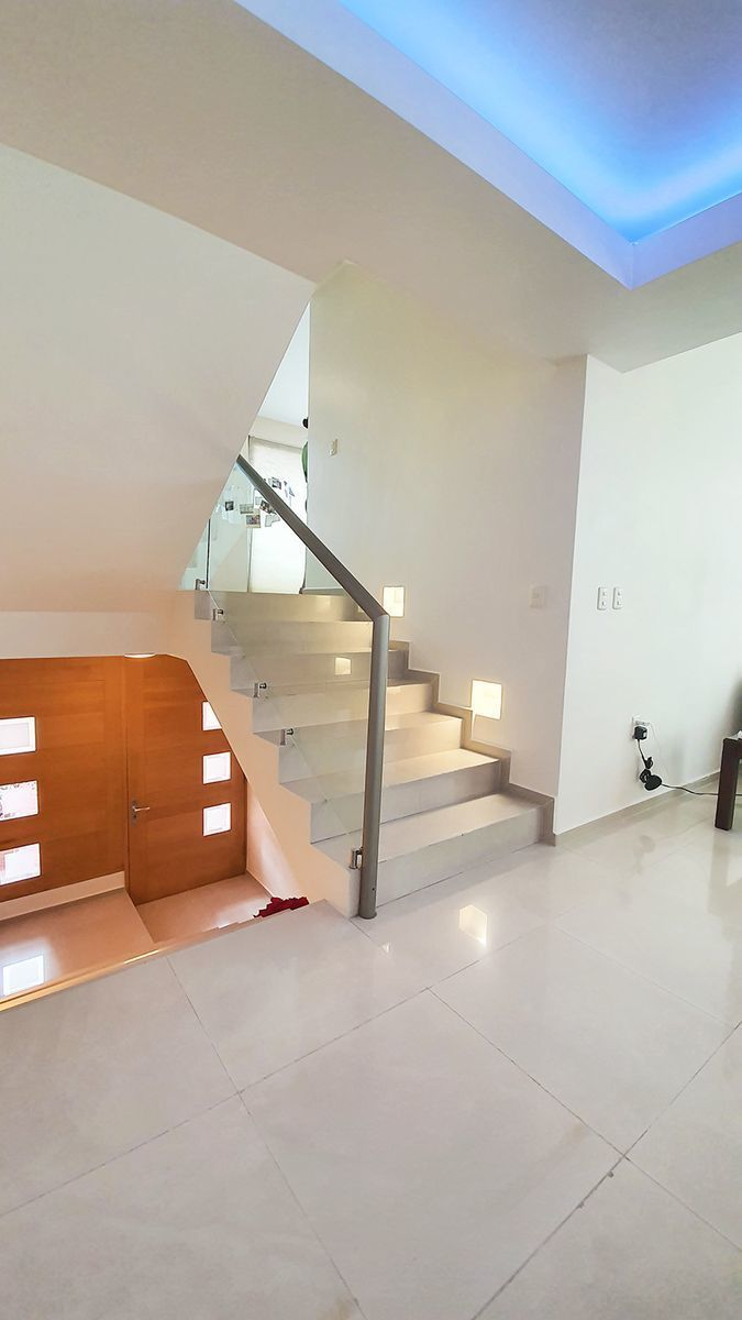 11 de 26: Escaleras a primer nivel