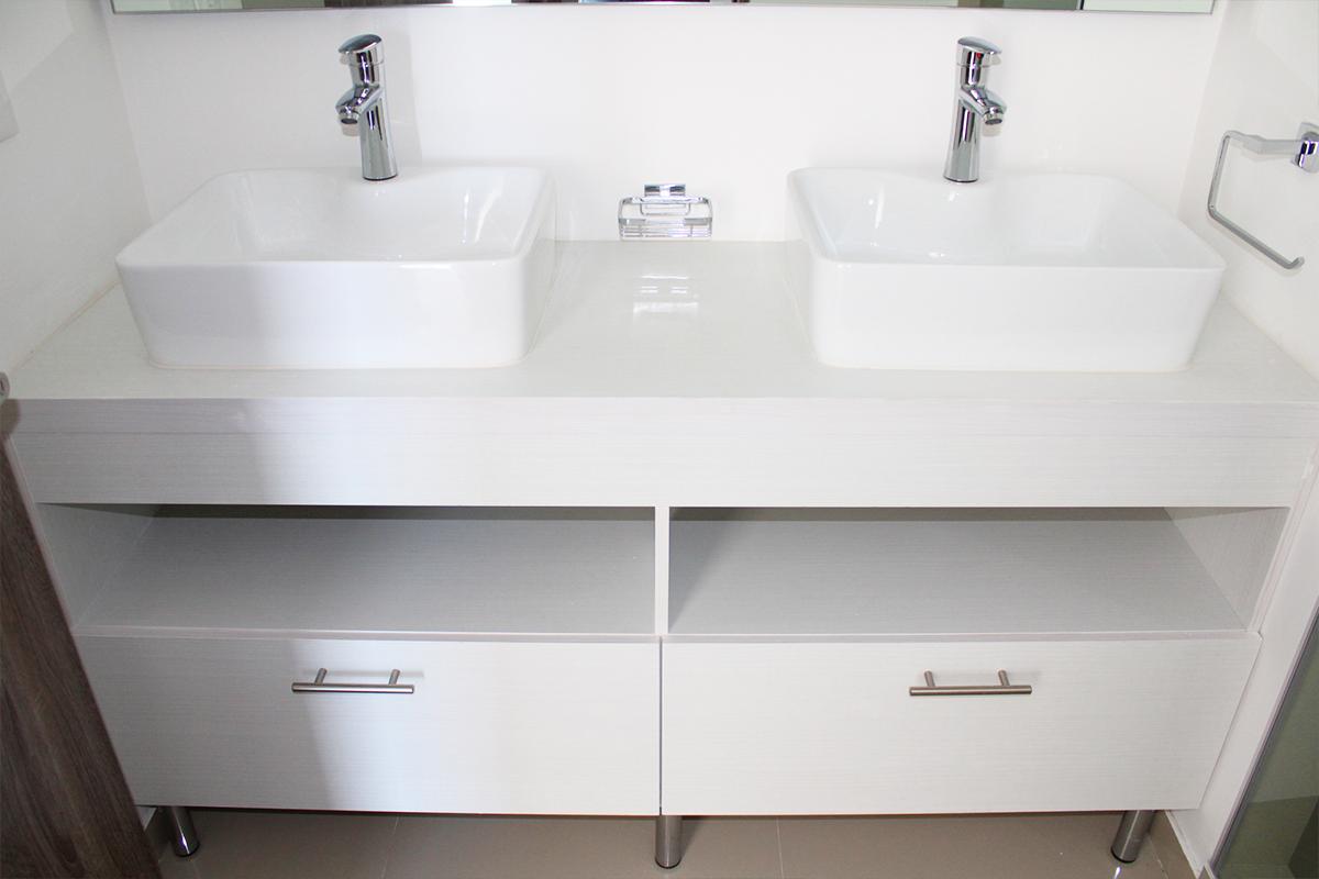 14 de 32: Doble lavabo en baño de recámara principal.