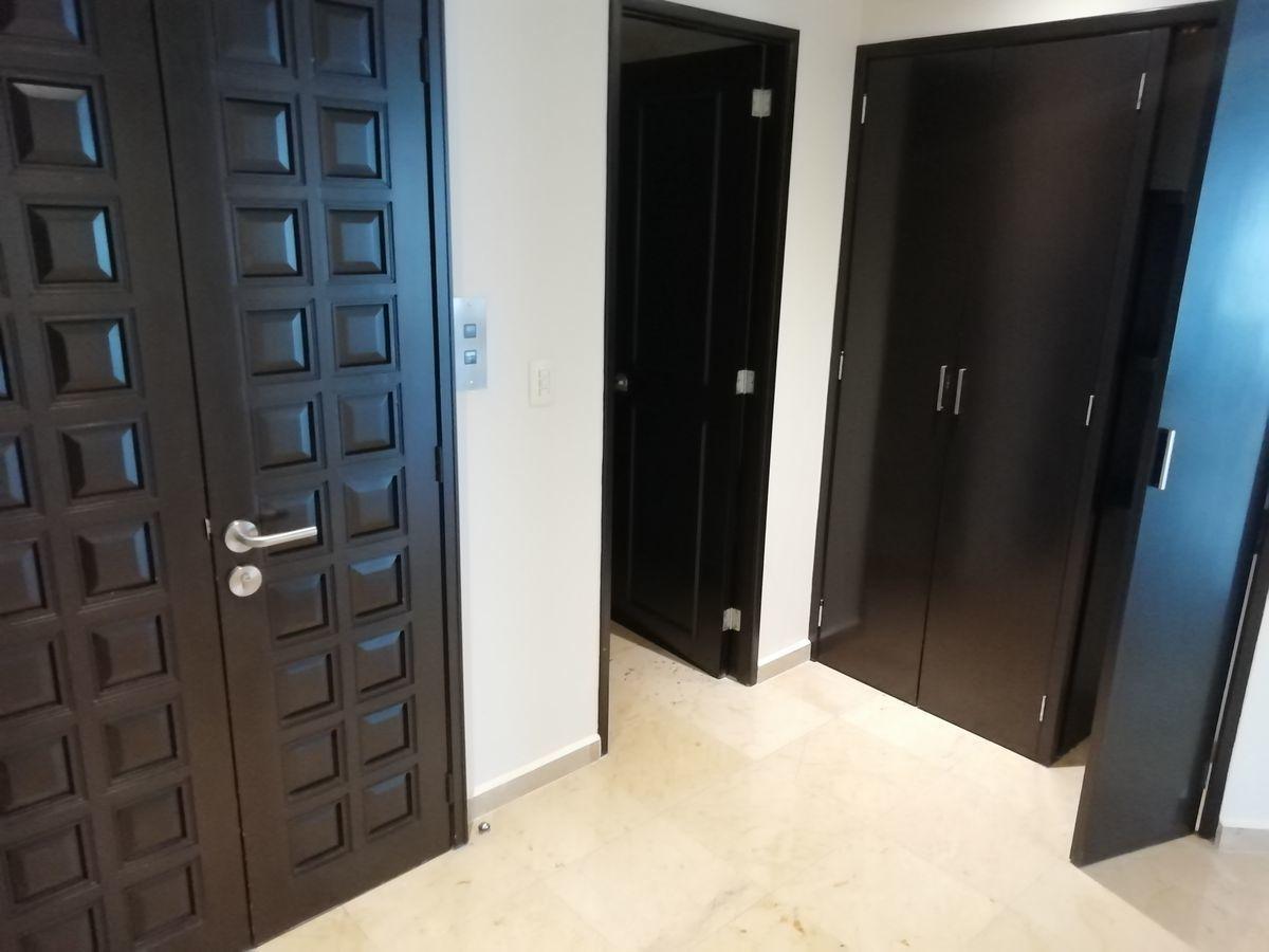 16 de 39: Puerta de seguridad del elevador al piso