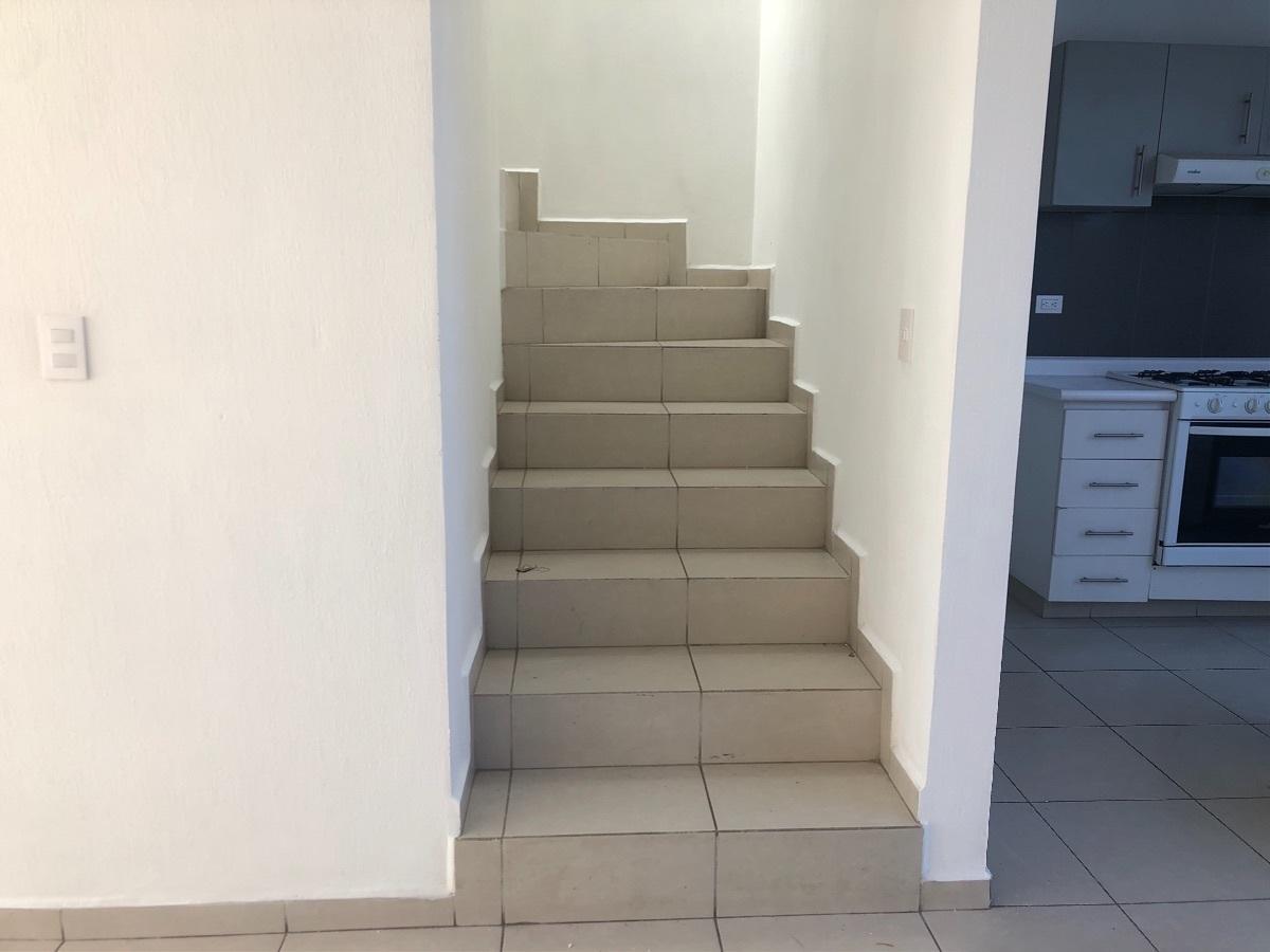 15 de 30: Escaleras acceso a planta alta