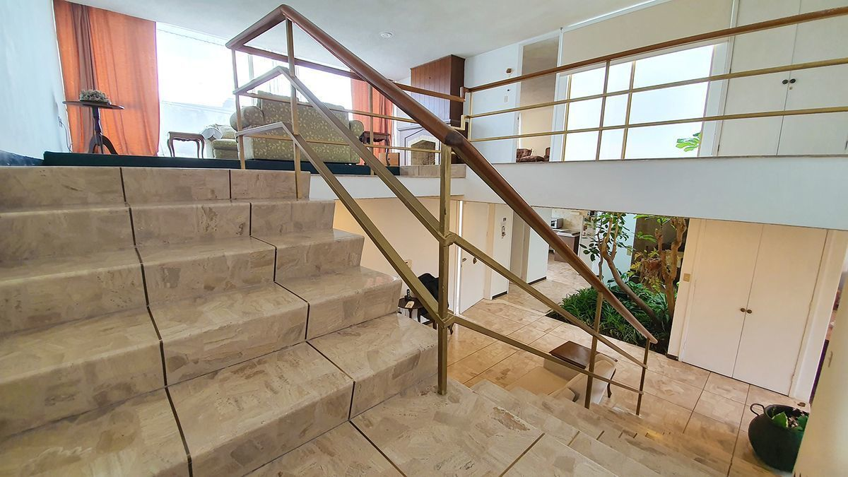 8 de 24: Escaleras a planta alta