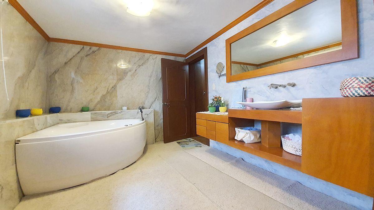 21 de 35: Baño con jacuzzi recamara principal