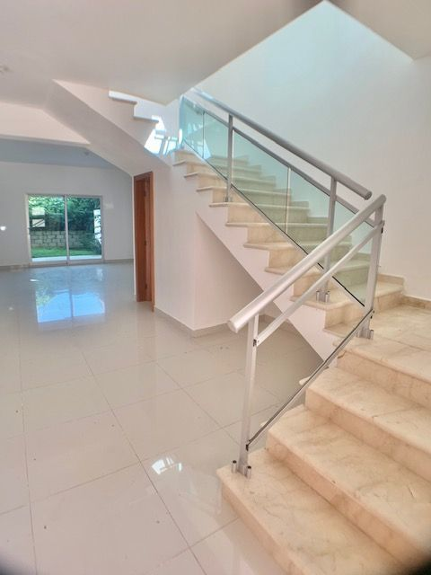 1 de 7: entrada y recibidor hermosa escalera para el segundo nivel