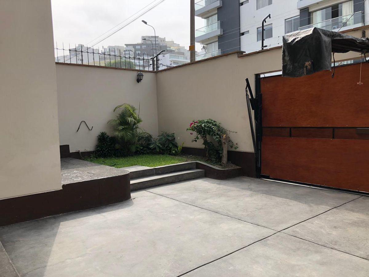 20 de 21: Garage para 2 carros paralelo y pequeño jardín.