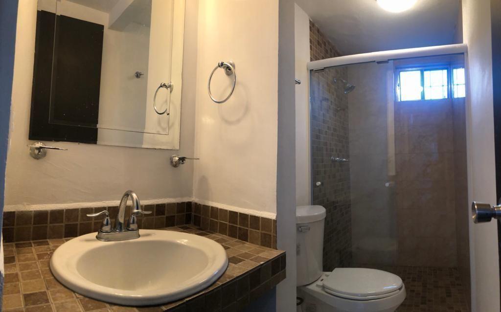 6 de 23: Baño completo de cuarto de tele