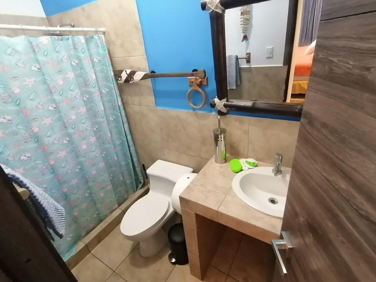 9 de 14: Baño de dormitorio principal