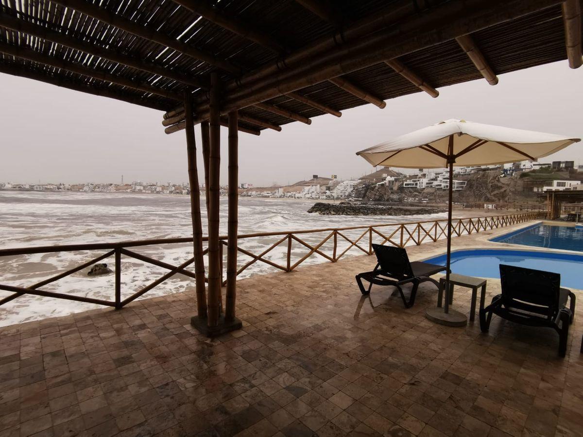 16 de 38: Áreas Comunes c/piscinas, zona BBQ, poltronas al mar
