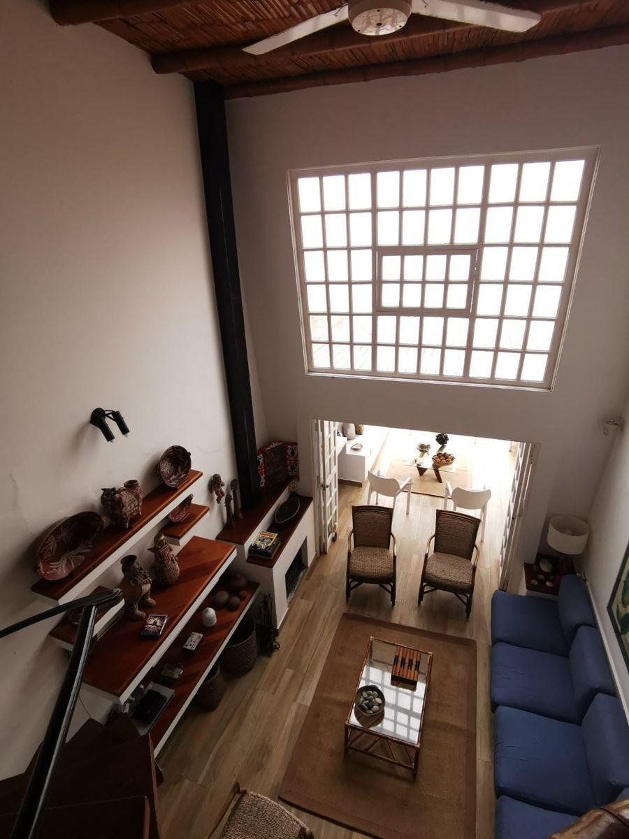25 de 38: Acogedora sala c/ techos de doble altura salida a la terraza