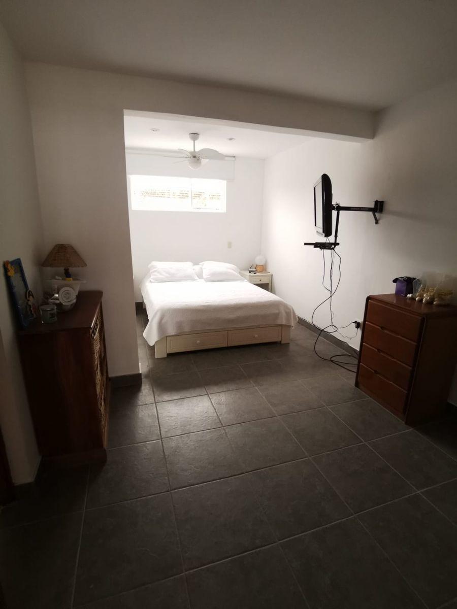 35 de 38: Dormitorio 2 con baño incorporado recientemente renovado