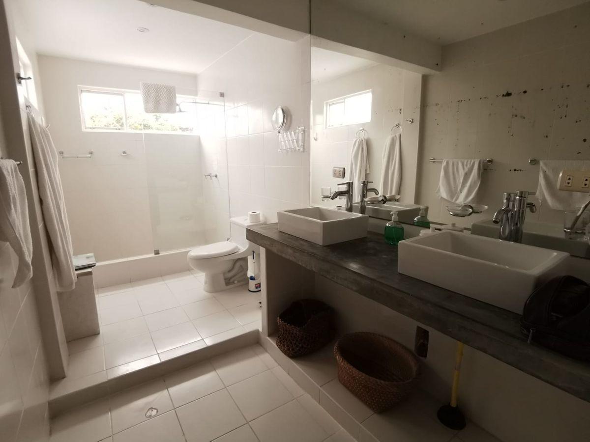 36 de 38: Amplio baño del dormitorio principal