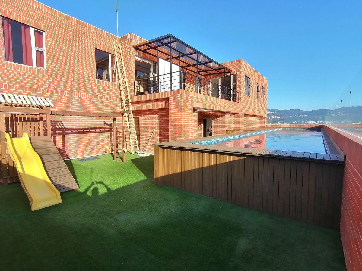 18 de 22: Área de juegos infantiles y piscina