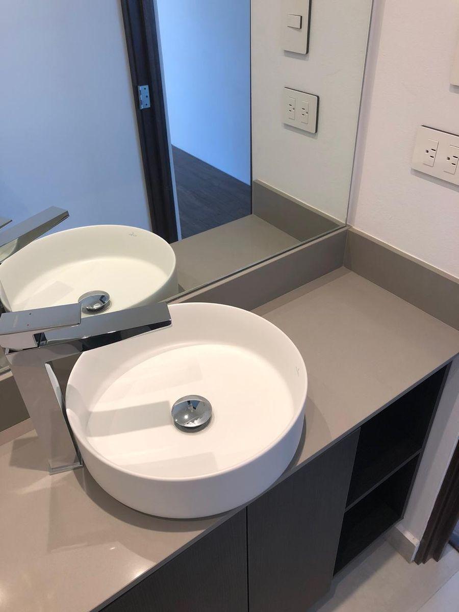 12 de 13: Baños con  espejos, grifería importada