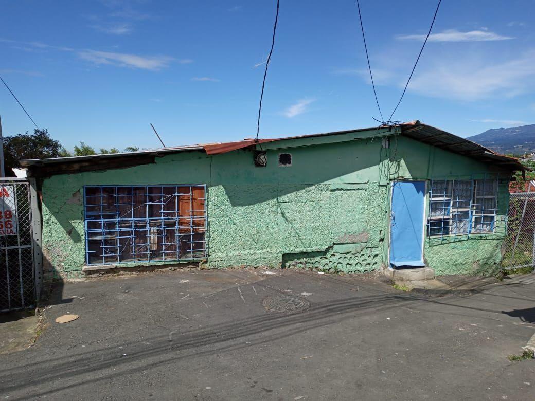 2 de 5: Vista frontal de la propiedad (estructura a demoler)
