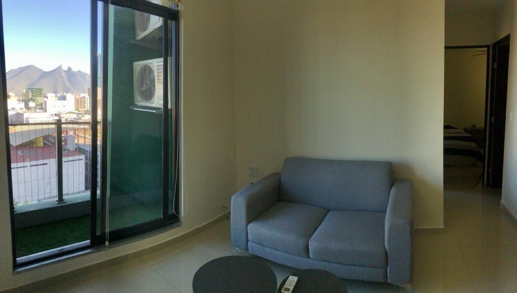 3 de 18: Sala con balcón y vista espectacular al Cerro de la Silla