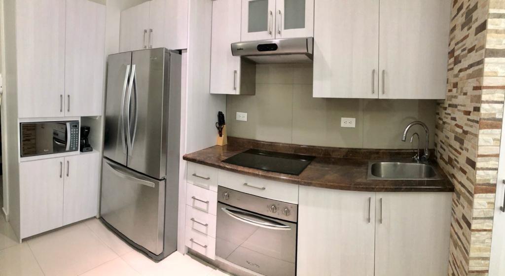 4 de 18: Cocineta con electrodomésticos, vajilla y batería de cocina