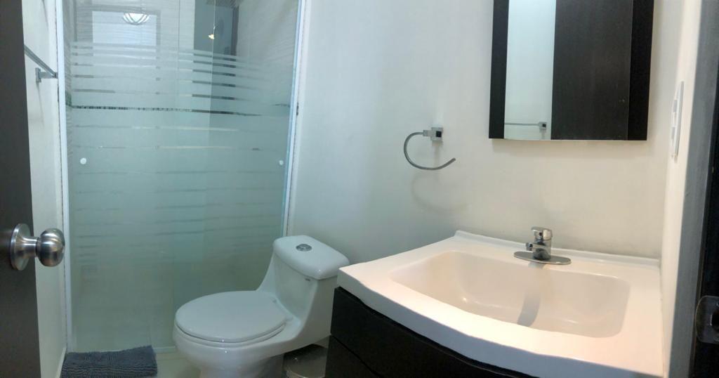 11 de 18: Baño de recámara secundaria y de visitas (incluyen toallas)