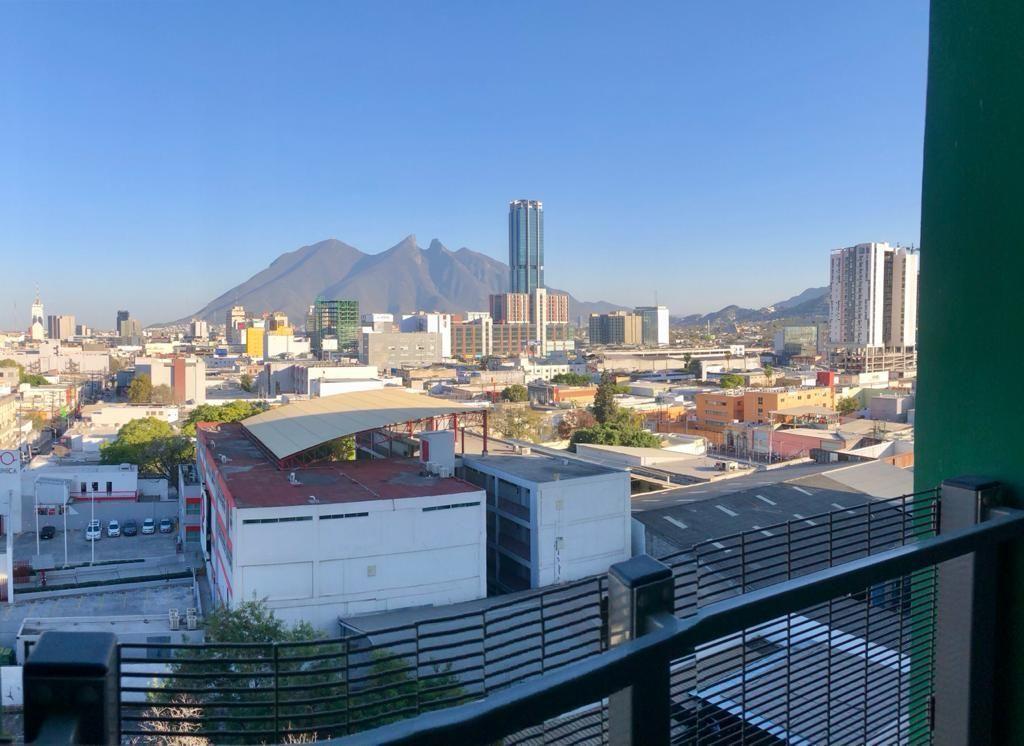 6 de 18: Balcón con vista al centro de MTY y al Cerro de la Silla