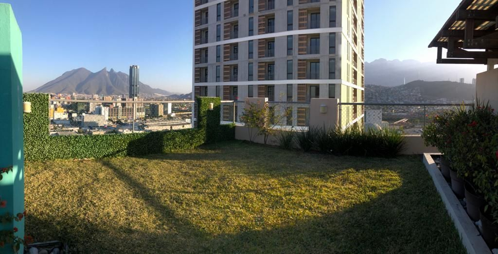 15 de 18: Área de pasto natural para niños en el roof garden