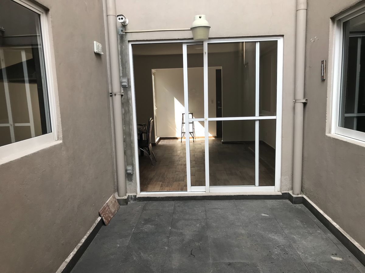3 de 11: Patio central vista exterior con ventana a cocina