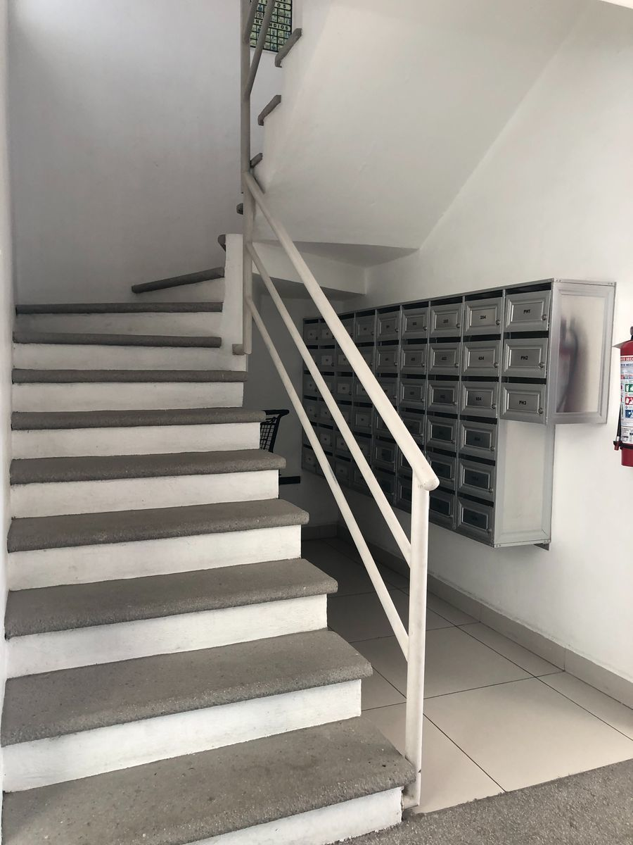 17 de 18: Escaleras y buzones de correspondencia.