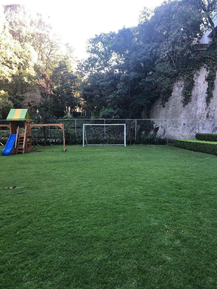 31 de 34: Jardín con juegos infantiles