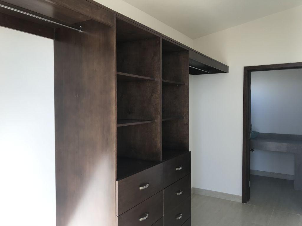 7 de 16: Walk-in closet