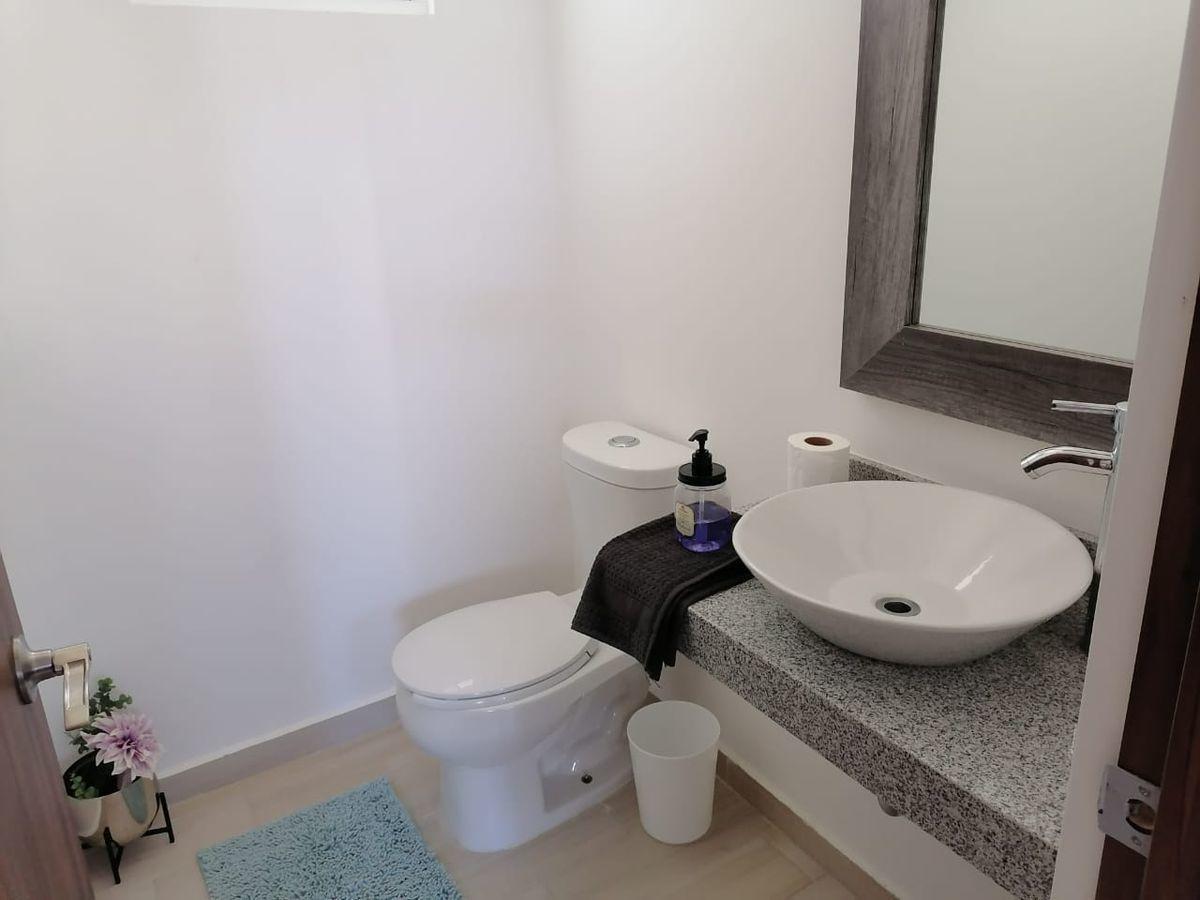 4 de 24: Medio baño de visita