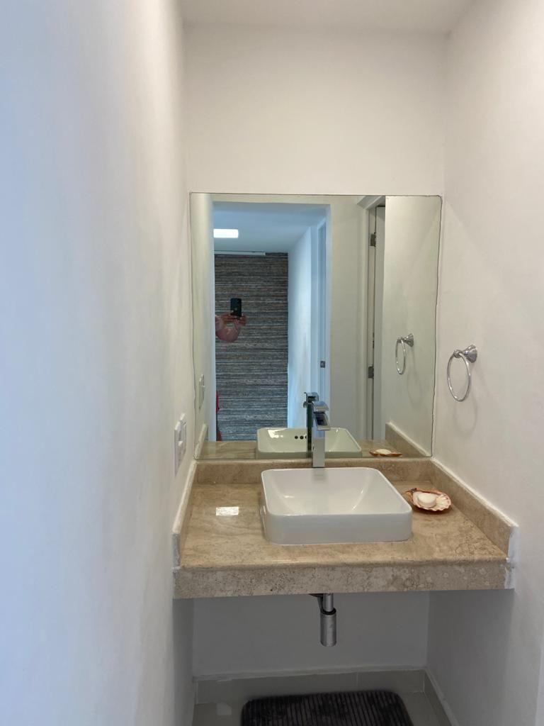 13 de 32: Medio baño de la estancia. (planta baja).