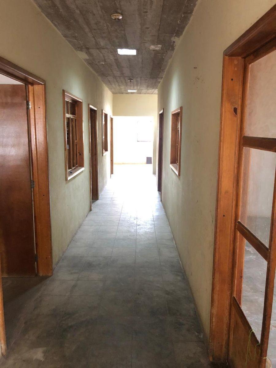 10 de 15: Pasillo central entre habitaciones.
