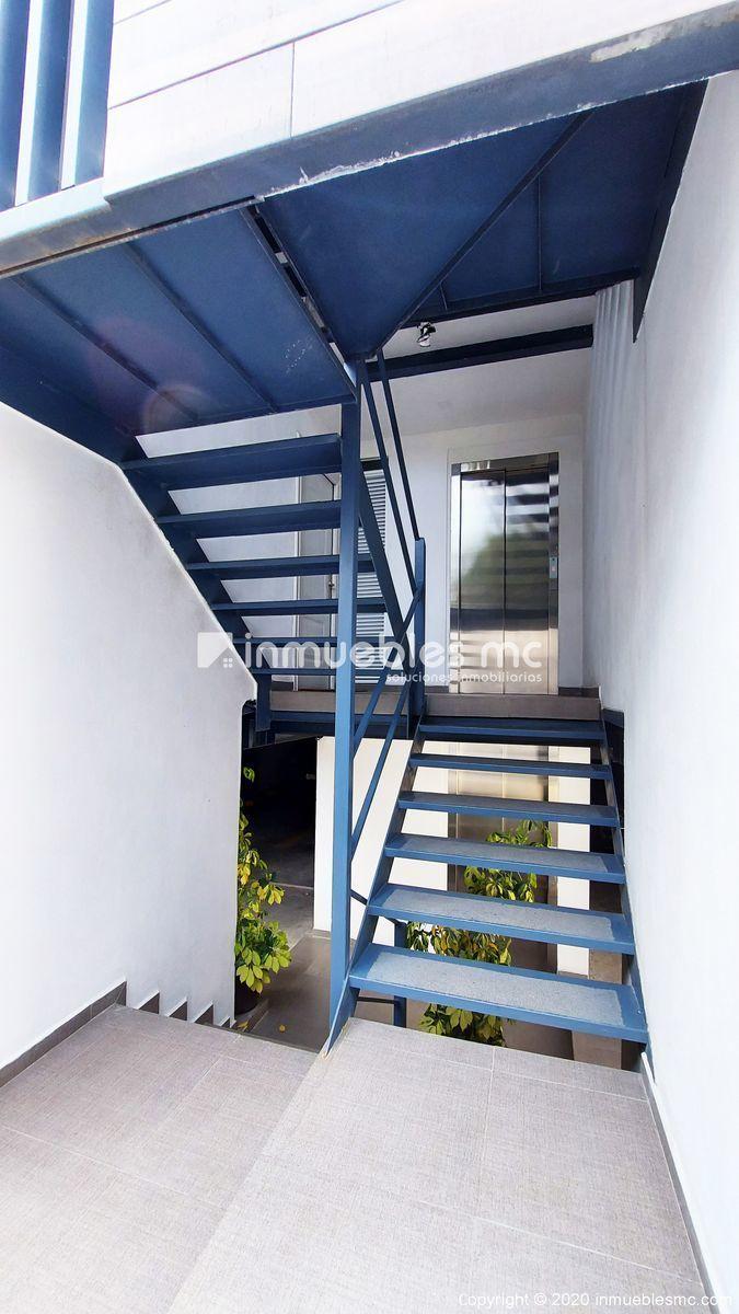 25 de 27: Escaleras / Elevador