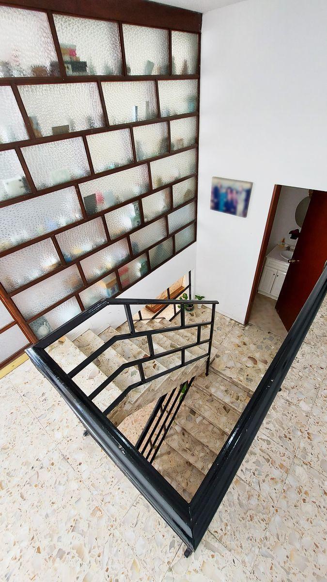 19 de 39: Escaleras con medio baño