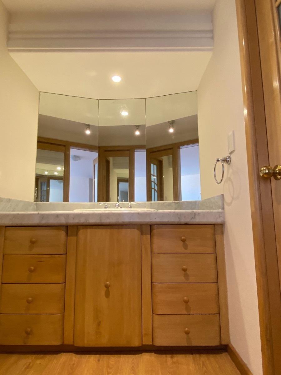 14 de 23: Baño principal con doble lavamanos
