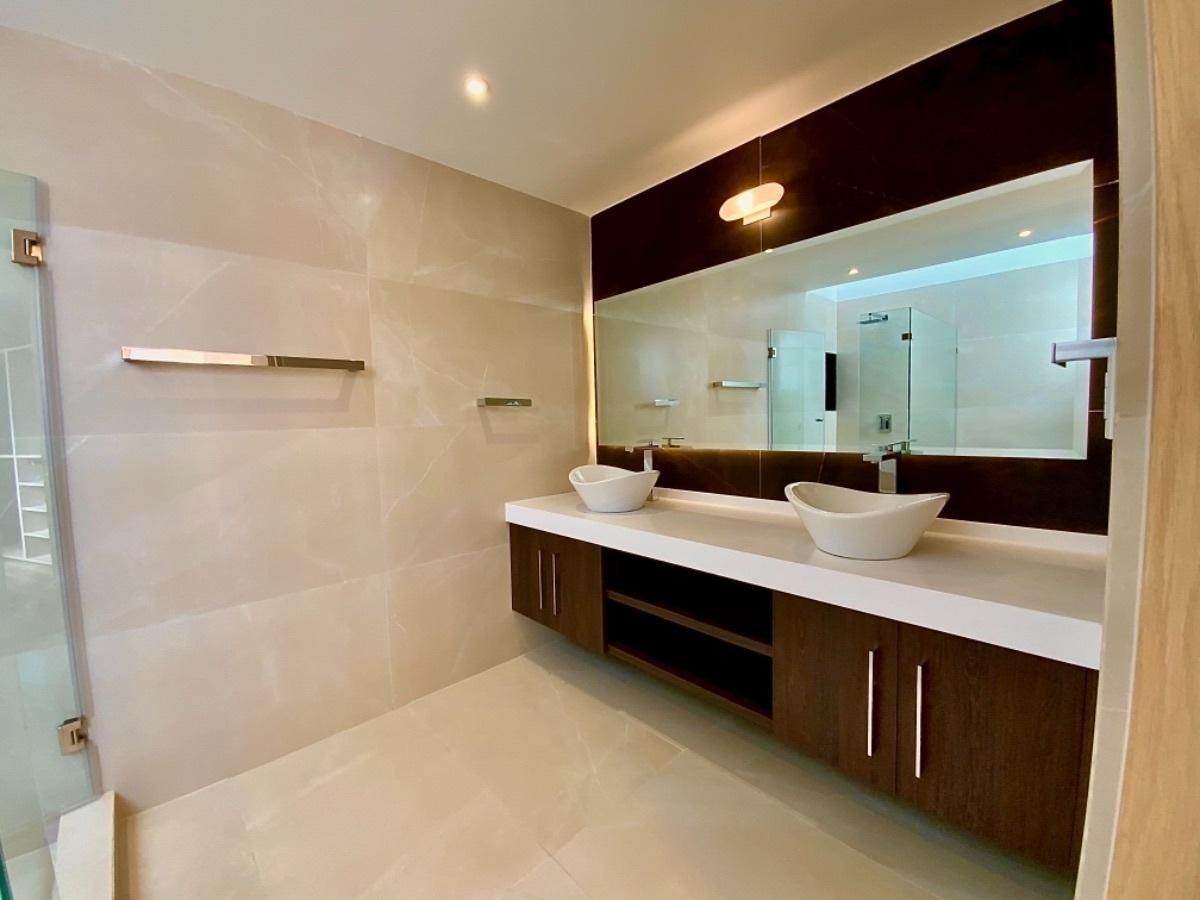 9 de 12: Acabados sugeridos en baños, no incluidos en el precio.