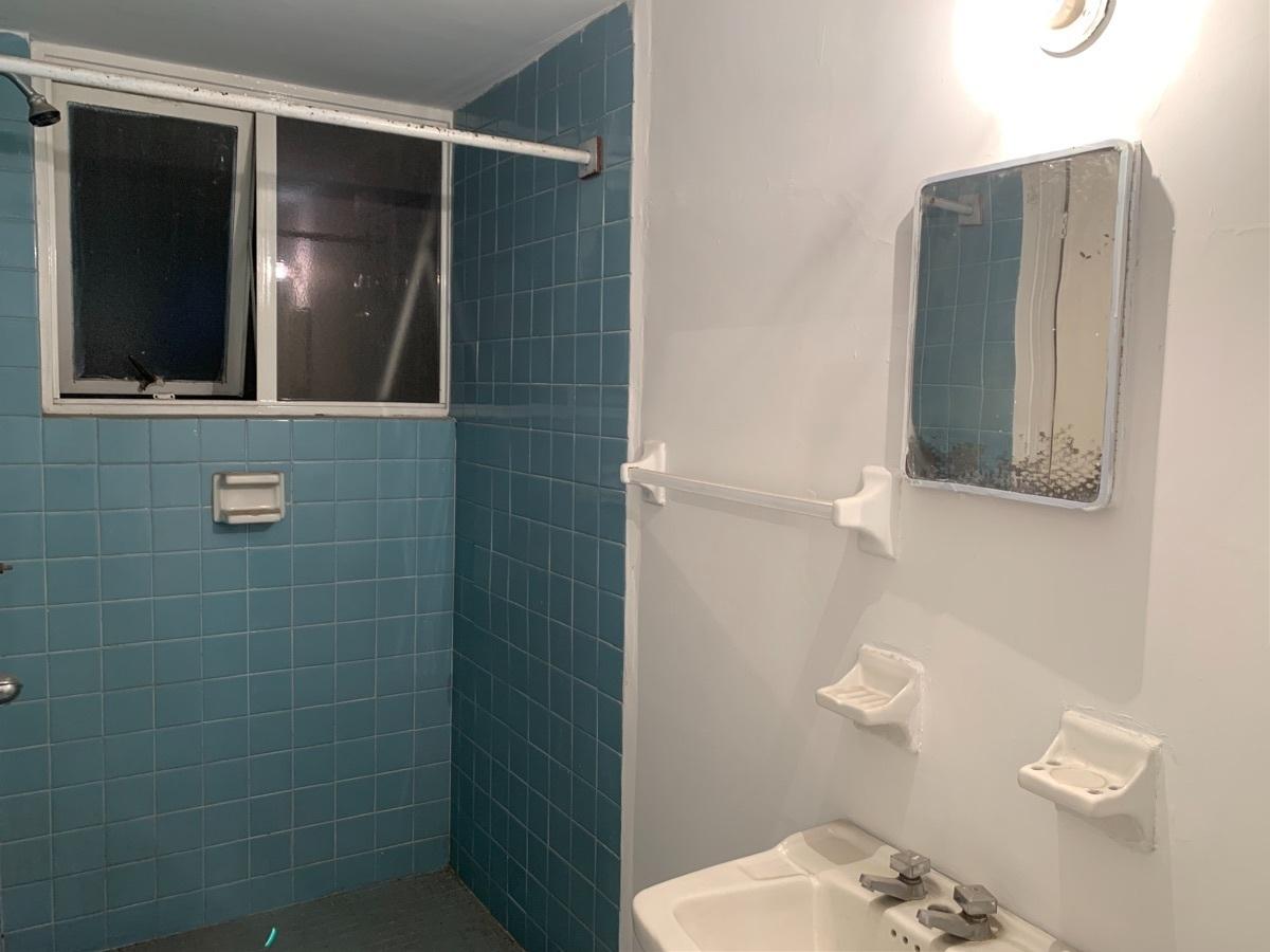 25 de 27: Baño completo de servicio