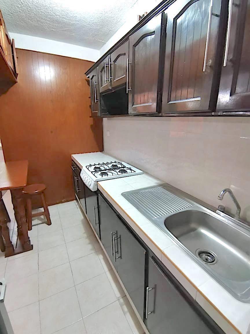 3 de 15: Cocina integral con estufa, tarja y gabinetes de madera