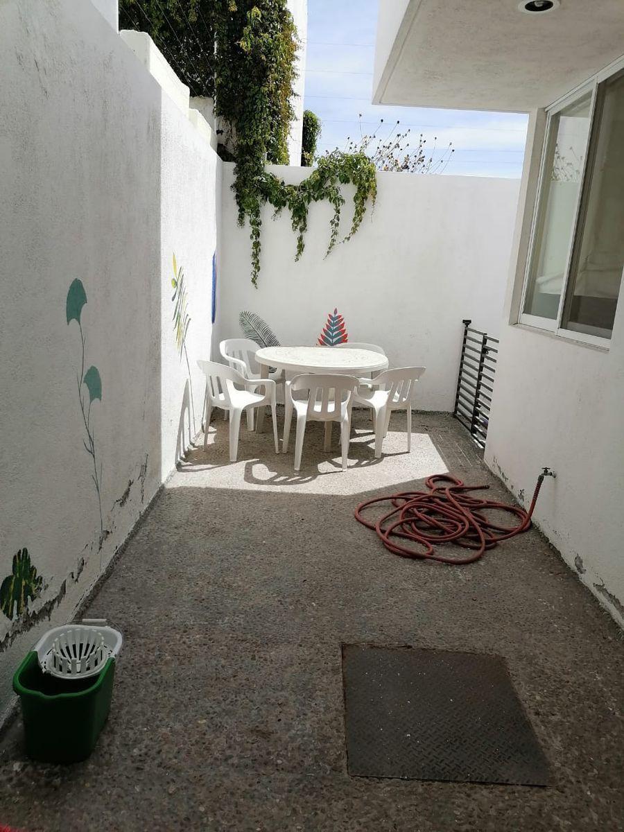 18 de 18: patio trasero con area de lavado