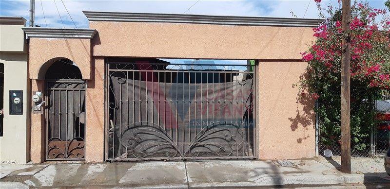 3 de 26: Frente con portón cerrado