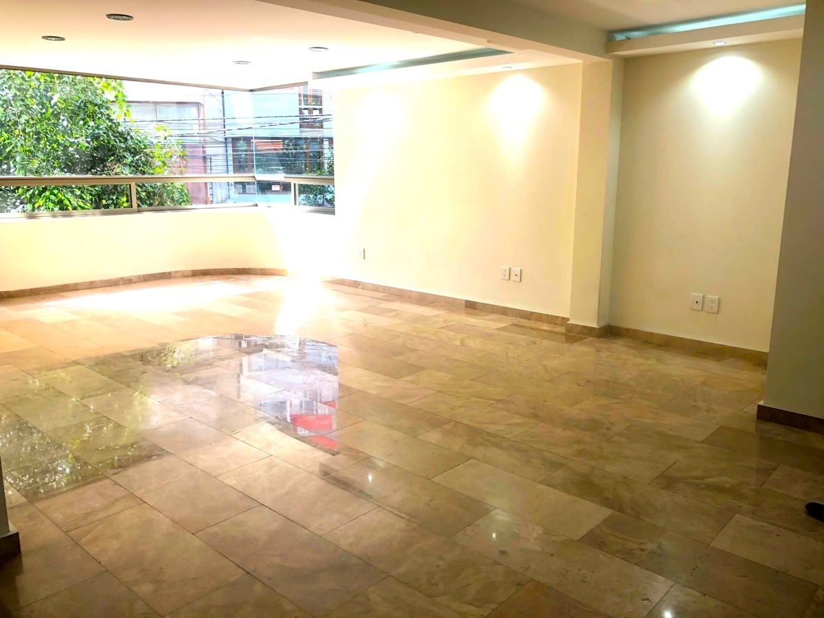 4 de 16: Sala-Comedor con piso de mármol