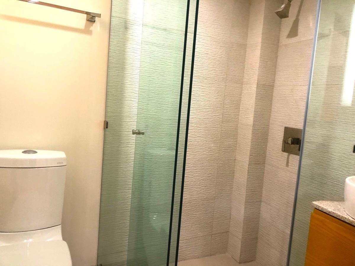 12 de 16: Baños con canceles de cristal y muebles de baño