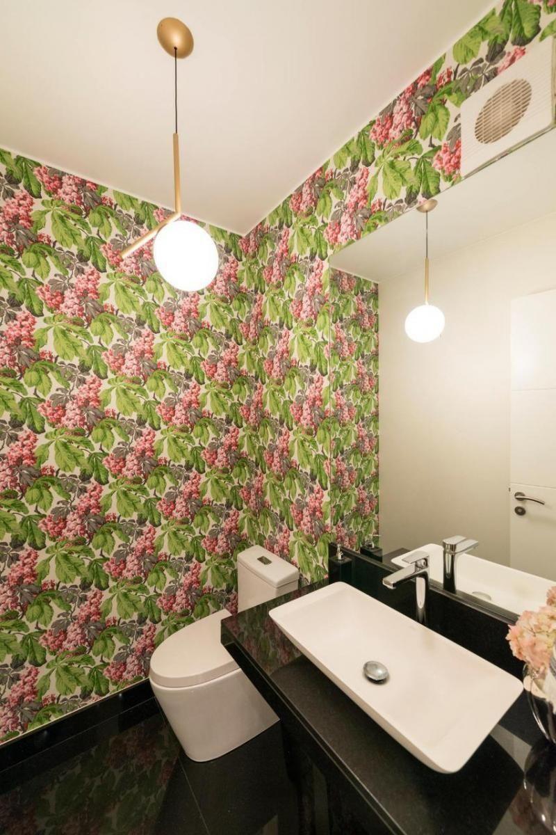 21 de 28: Baño de visitas con papel decorativo en paredes