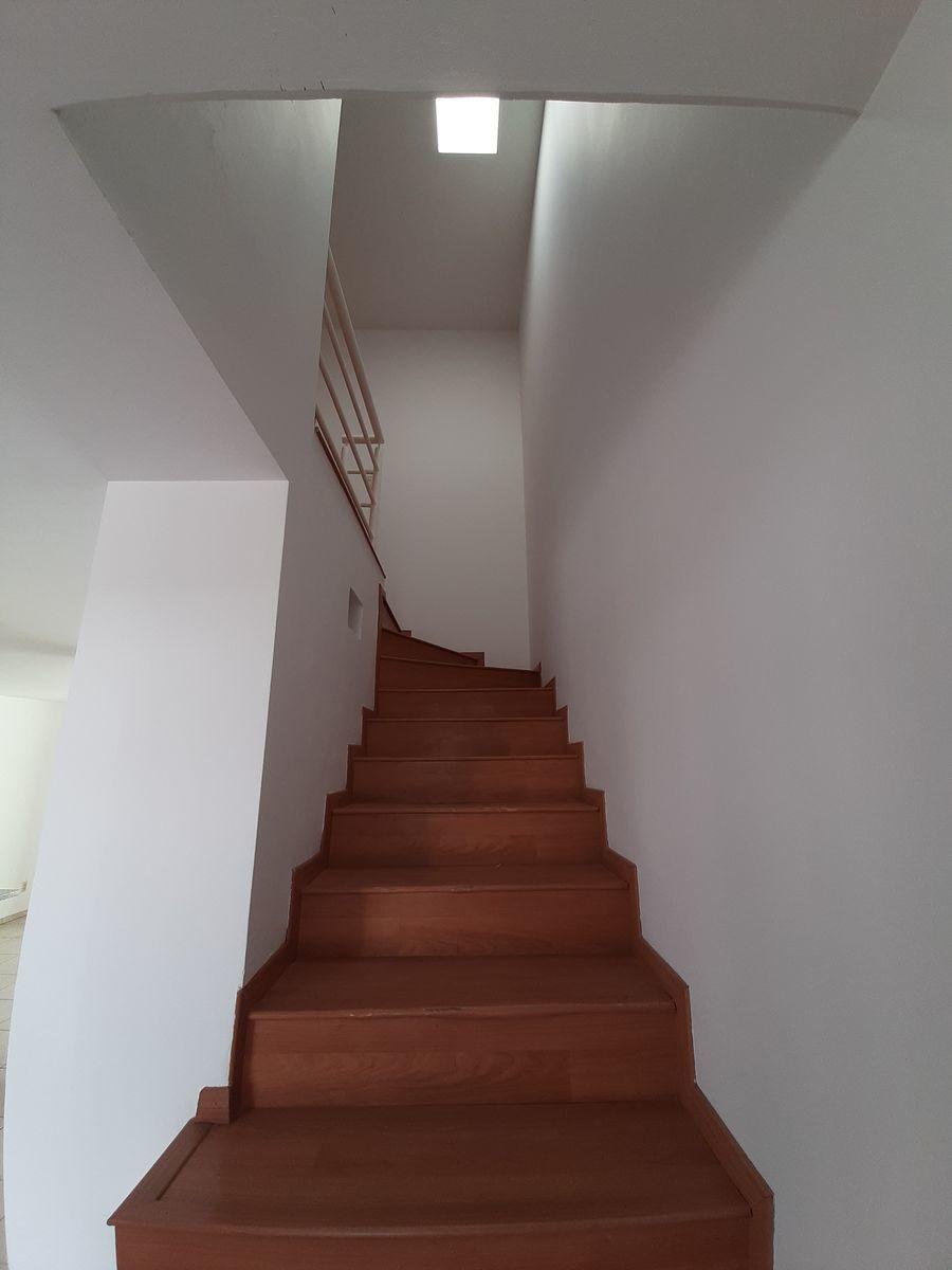 12 de 28: escaleras con piso laminado
