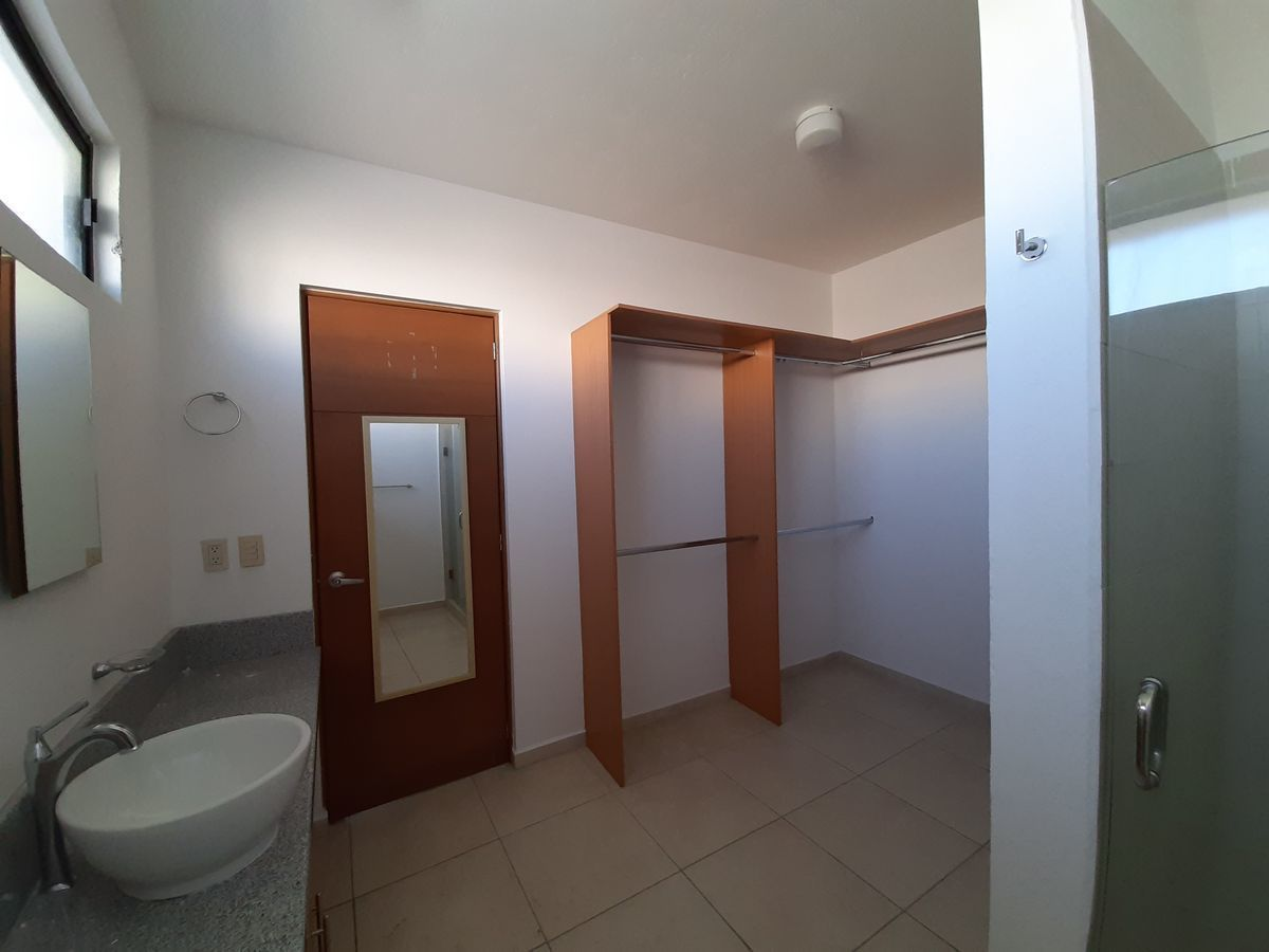 22 de 28: vestidor principal y baño