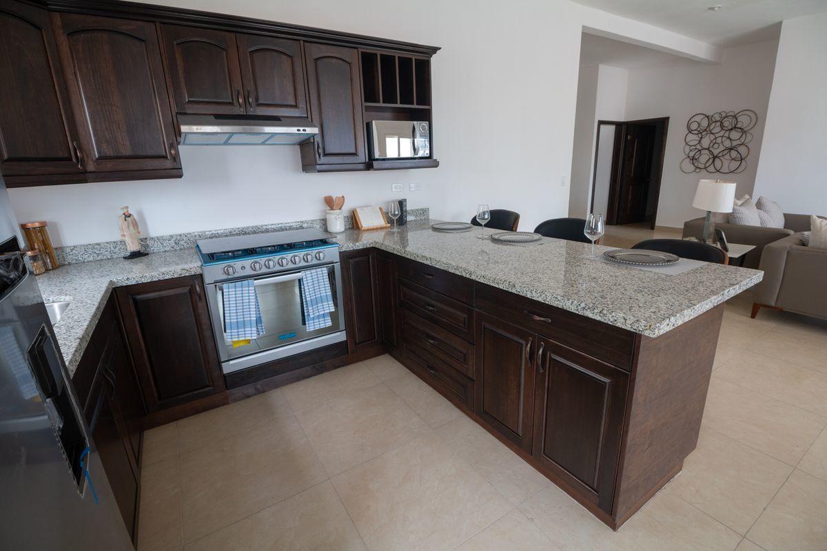9 de 9: Cocina con cubierta de granito, incluye electrodomésticos