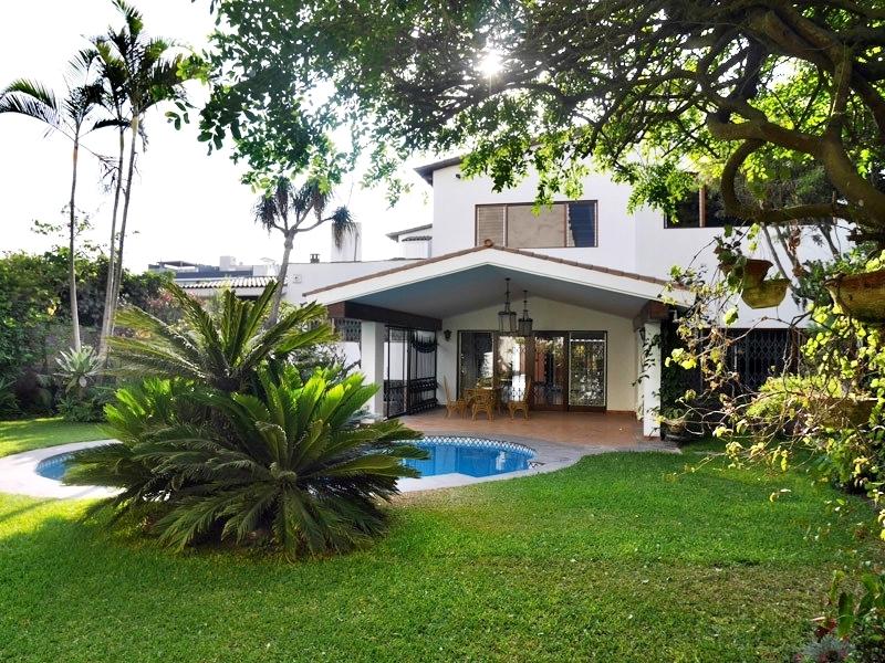Hermosa casa con gran rea social jard n y piscina en for Imagenes de casas con jardin y piscina