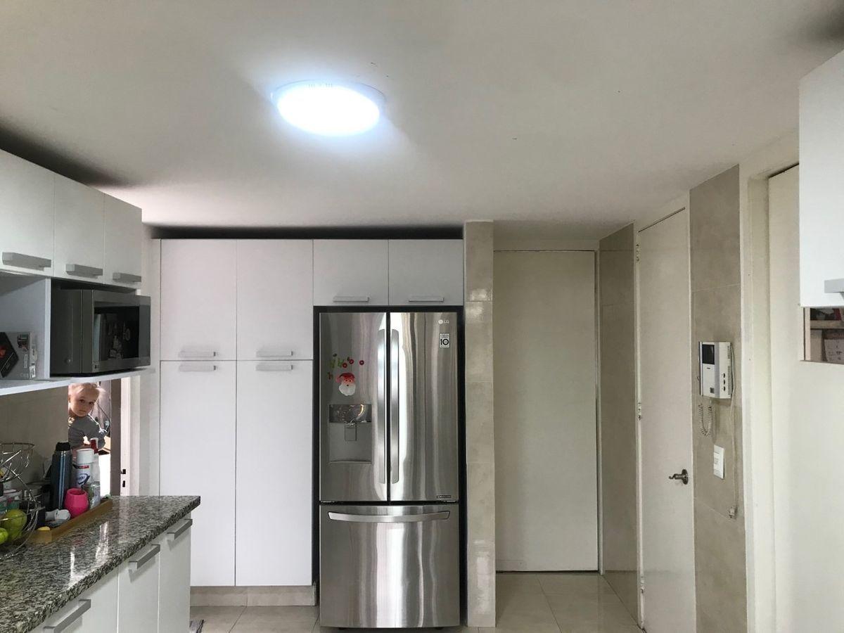 20 de 50: Otra viista de la cocina y su refrigerador