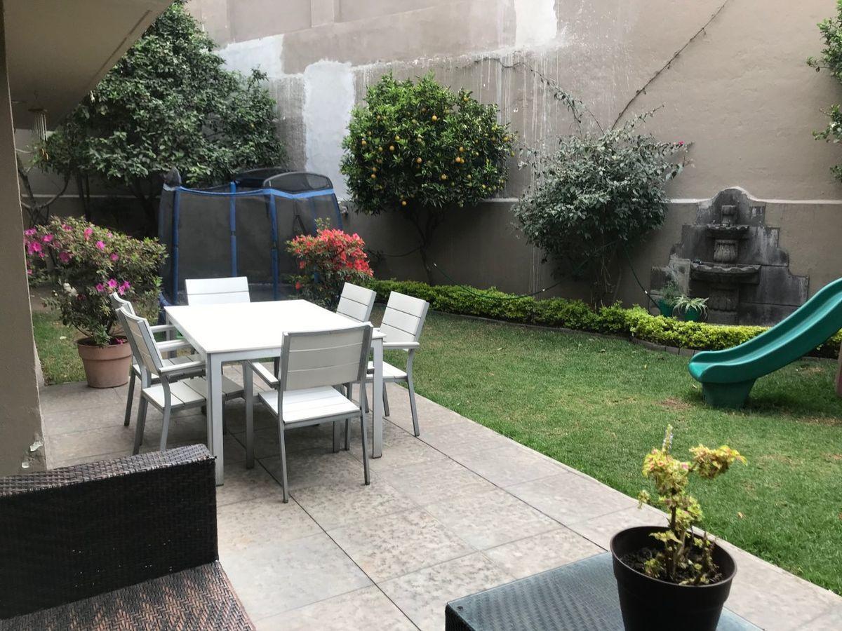 47 de 50: Terraza y jardín con muebles