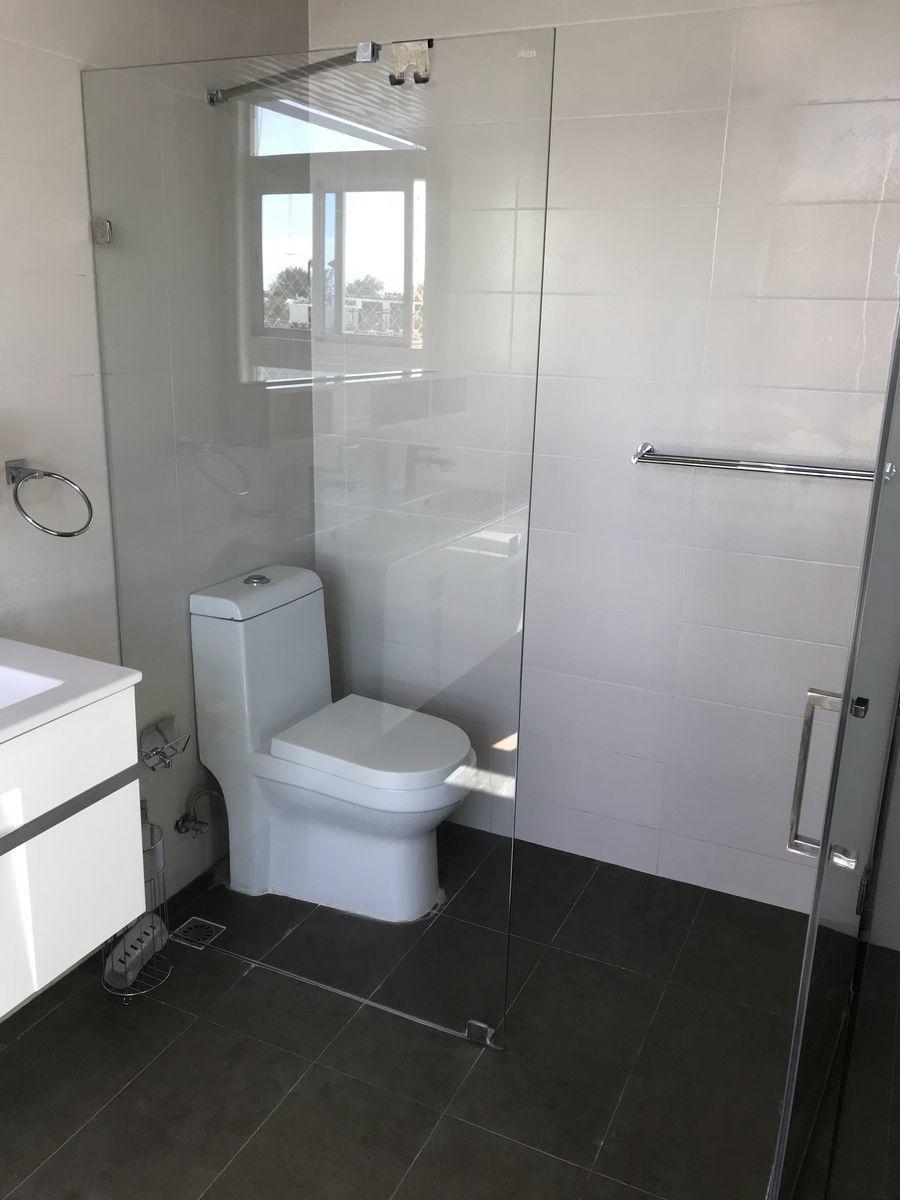 5 de 12: Baño principal con Jacuzzi y ducha
